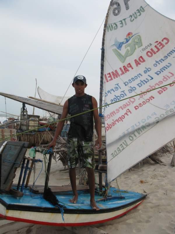 Jangadeiro standing on a Bote.