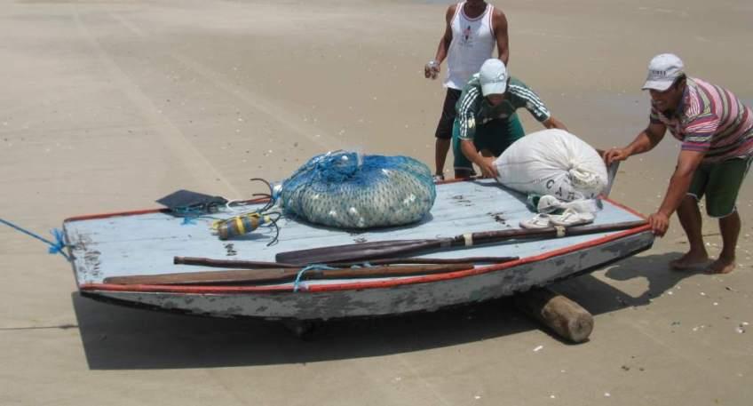 Jangadeiros pushing a Bote on the beach