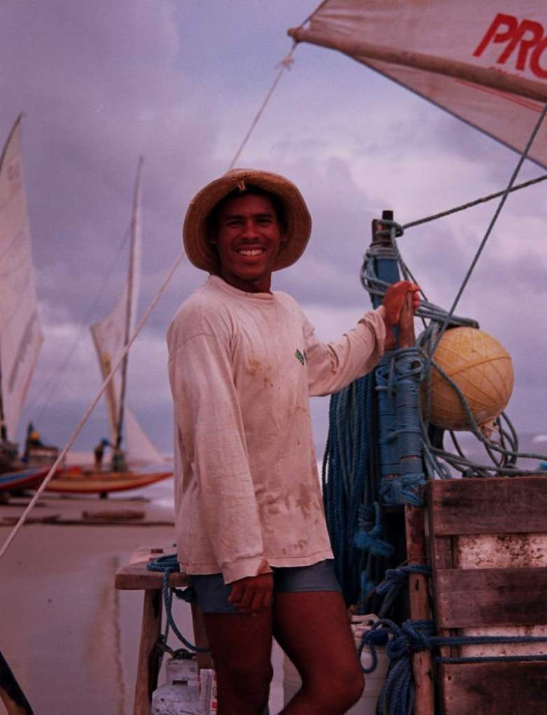 A jangadeiro holding the espeque, ready to leave on a four day trip.