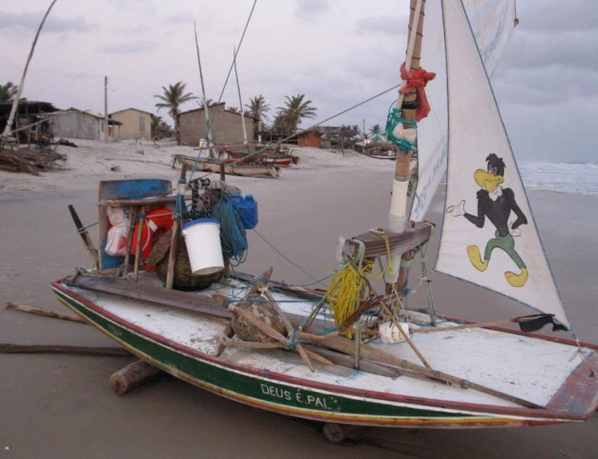 A picture of a jangada's staysail with a rooster cartoon figure.