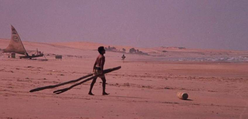 A rolador carrying the tracks down the beach.