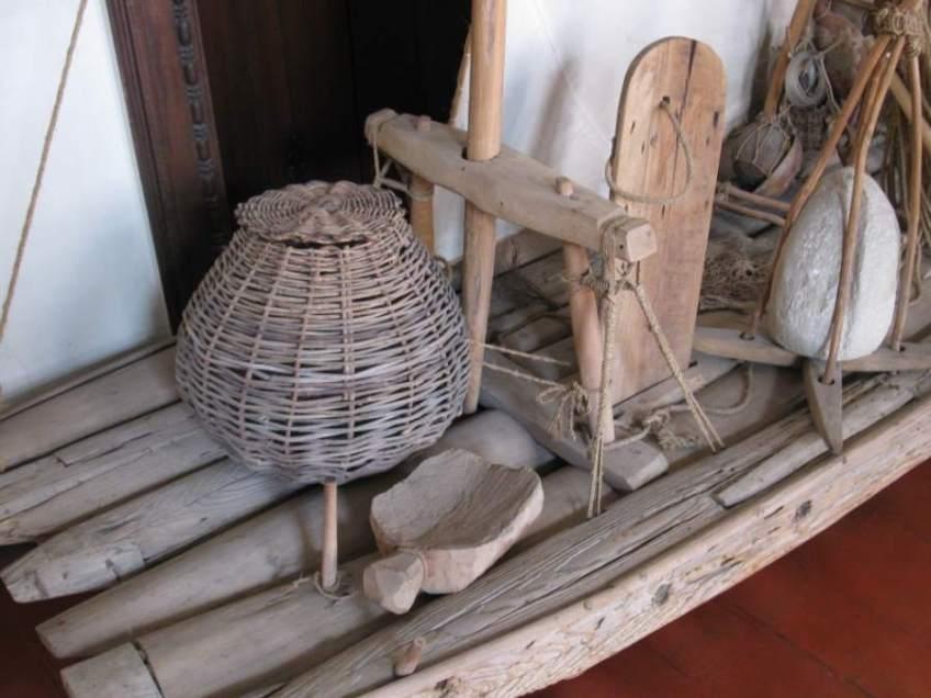 A sambura on the foredeck of a lor raft jangada