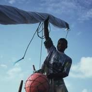 A jangadeiro raising the mast.
