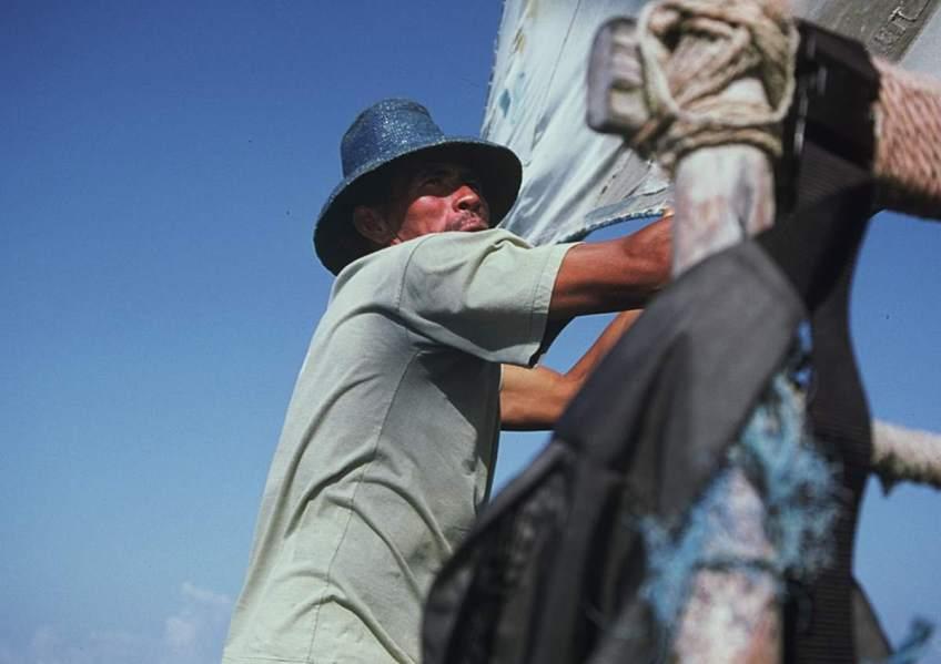 A jangadeiro trimming the sail